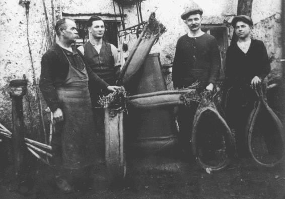 Die Sattlermeister Josef und Josef Anton Müller, mit ihrem Gesellen Lorenz Gutmann und dem Lehrling Hans Müller.