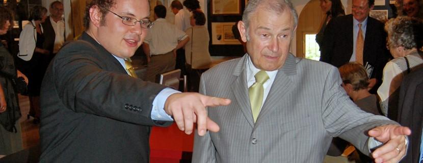 Der damalige Innenminister Dr. Günther Beckstein und Museumsleiter Dr. Tobias Hammerl bei der Eröffnung des HERZOGSKASTEN im Jahr 2006