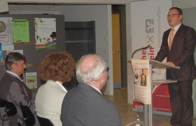 Museumsleiter Tobias Hammerl begrüßt die Gäste