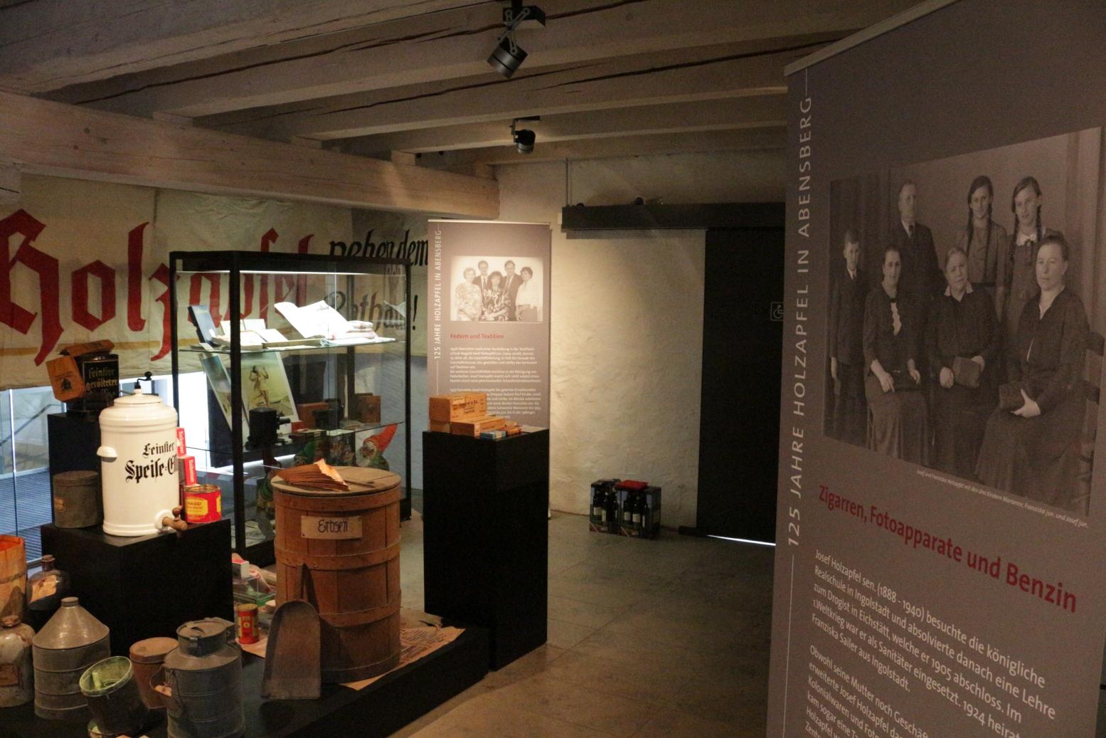 """Blick in die Ausstellung """"Vom Kramerladen zum Modehaus"""" im Foyer des Stadtmuseums"""