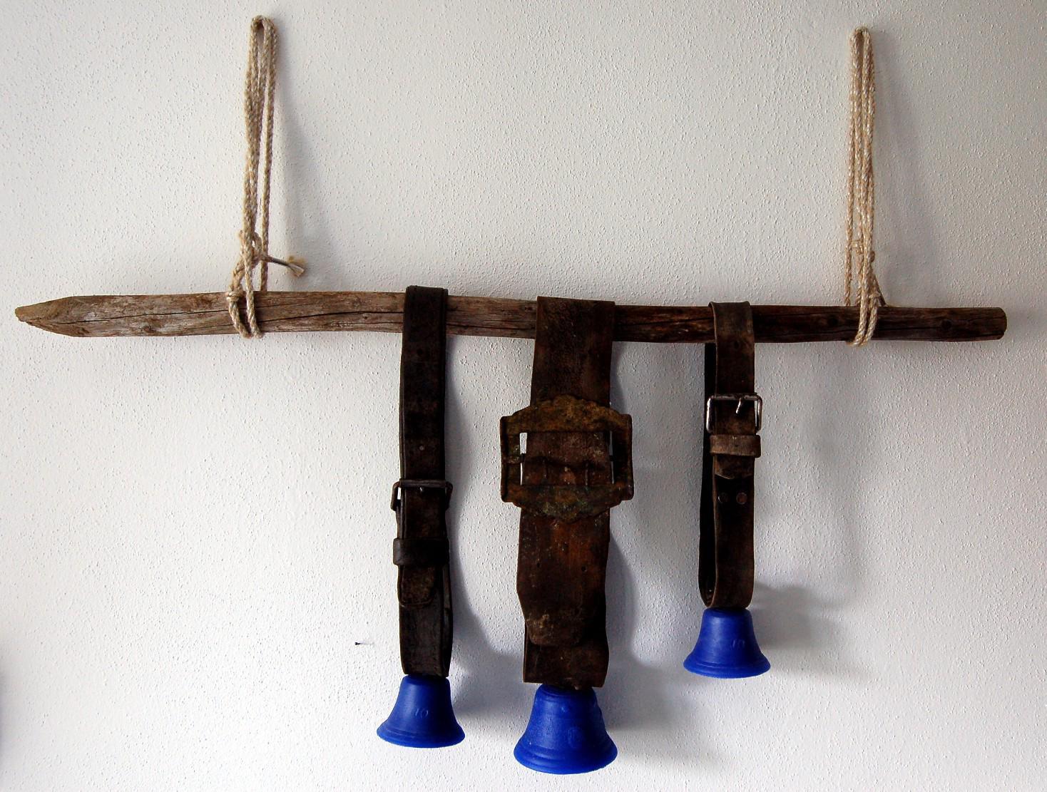 Bernd Henkel: Stumme Glocken, Leder, Silikon, Holz, 2010