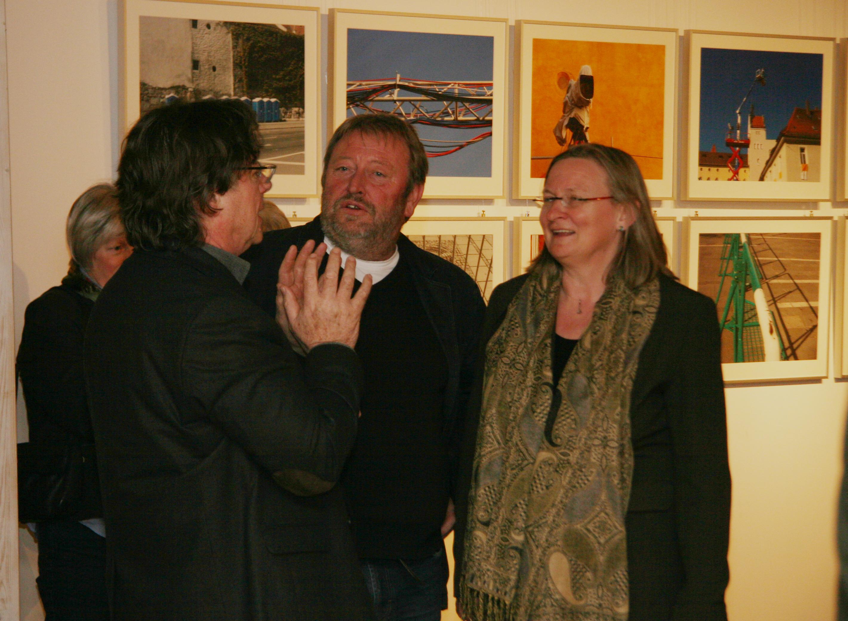 Alfred Böschl (l.) und Hubert Huber (m.) im Gespräch mit Besuchern.