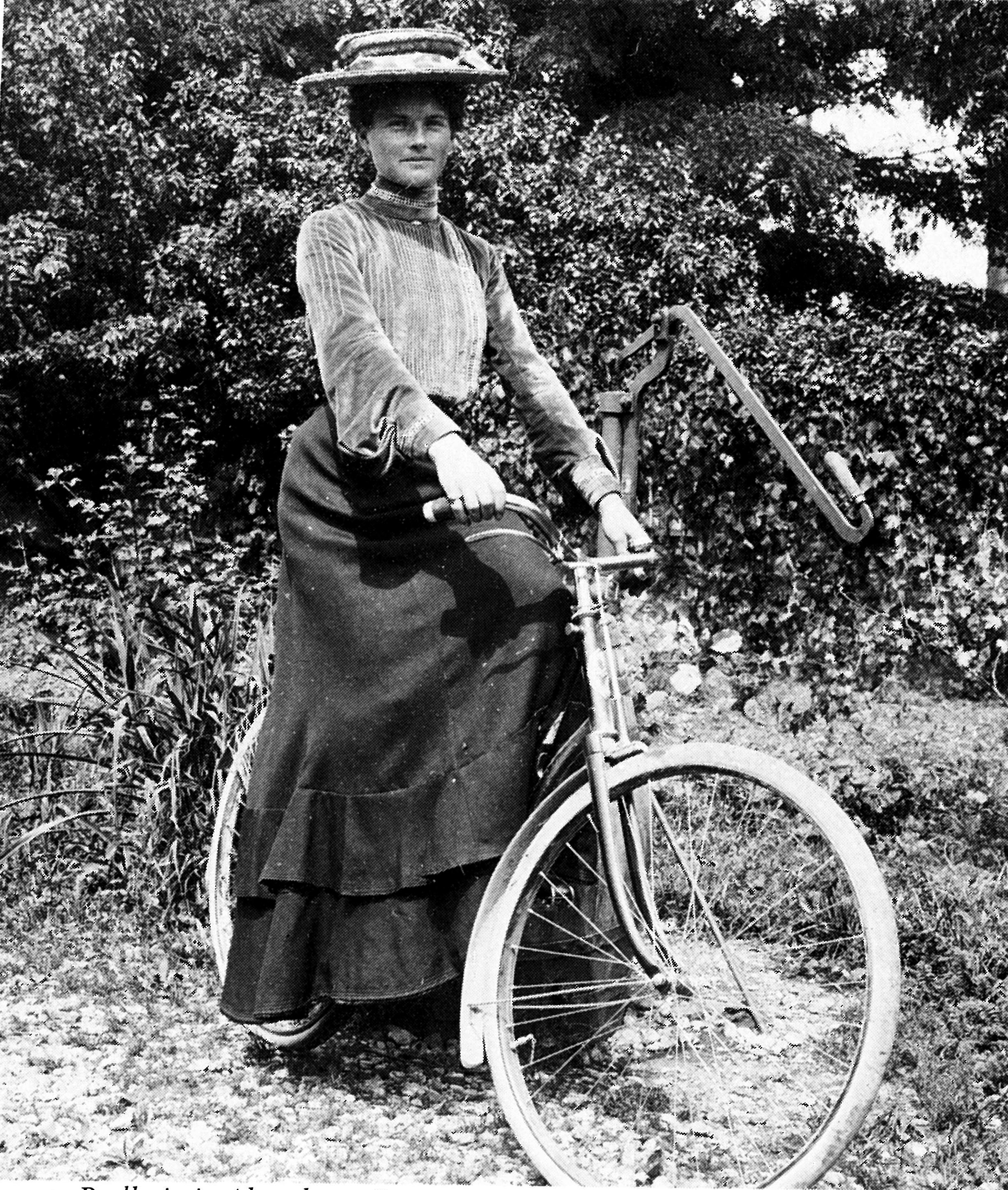 Amalia Füger, die erste Abensberger Radfahrerin, um 1895