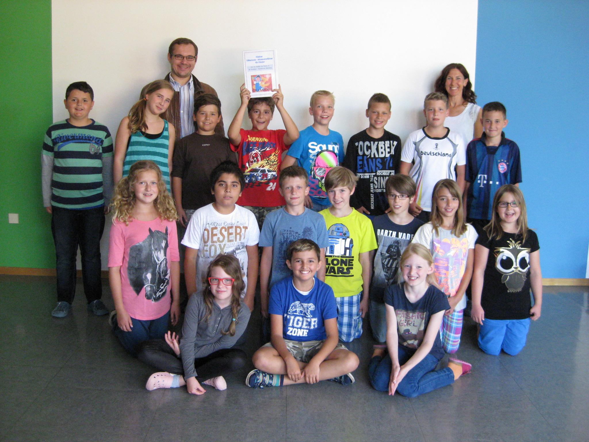 Die Klasse 4a der Grundschule Abensberg zusammen mit Bianca Breu und Tobias Hammerl