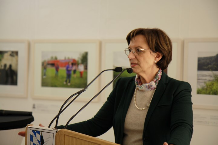 Frau Staatsministerin Emilia Müller eröffnet die Ausstellung mittendrin! im Aventinum