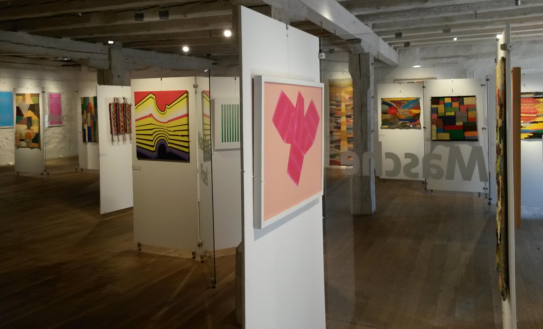 """Blick in die Ausstellung """"Masche und Pixel"""""""