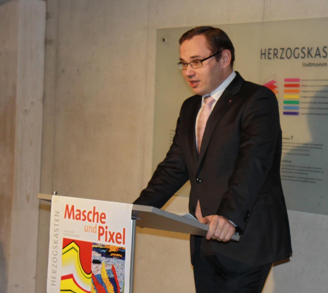 Museumsleiter Tobias Hammerl führt in die Ausstellung ein.