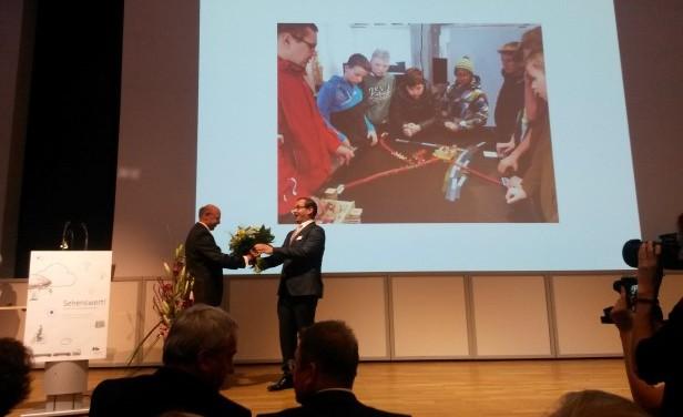 Dr. Ingo Krüger, Geschäftsführendes Mitglied der Bayerischen Sparkassenstiftung, überreicht Museumsleiter Dr. Tobias Hammerl den Förderpreis