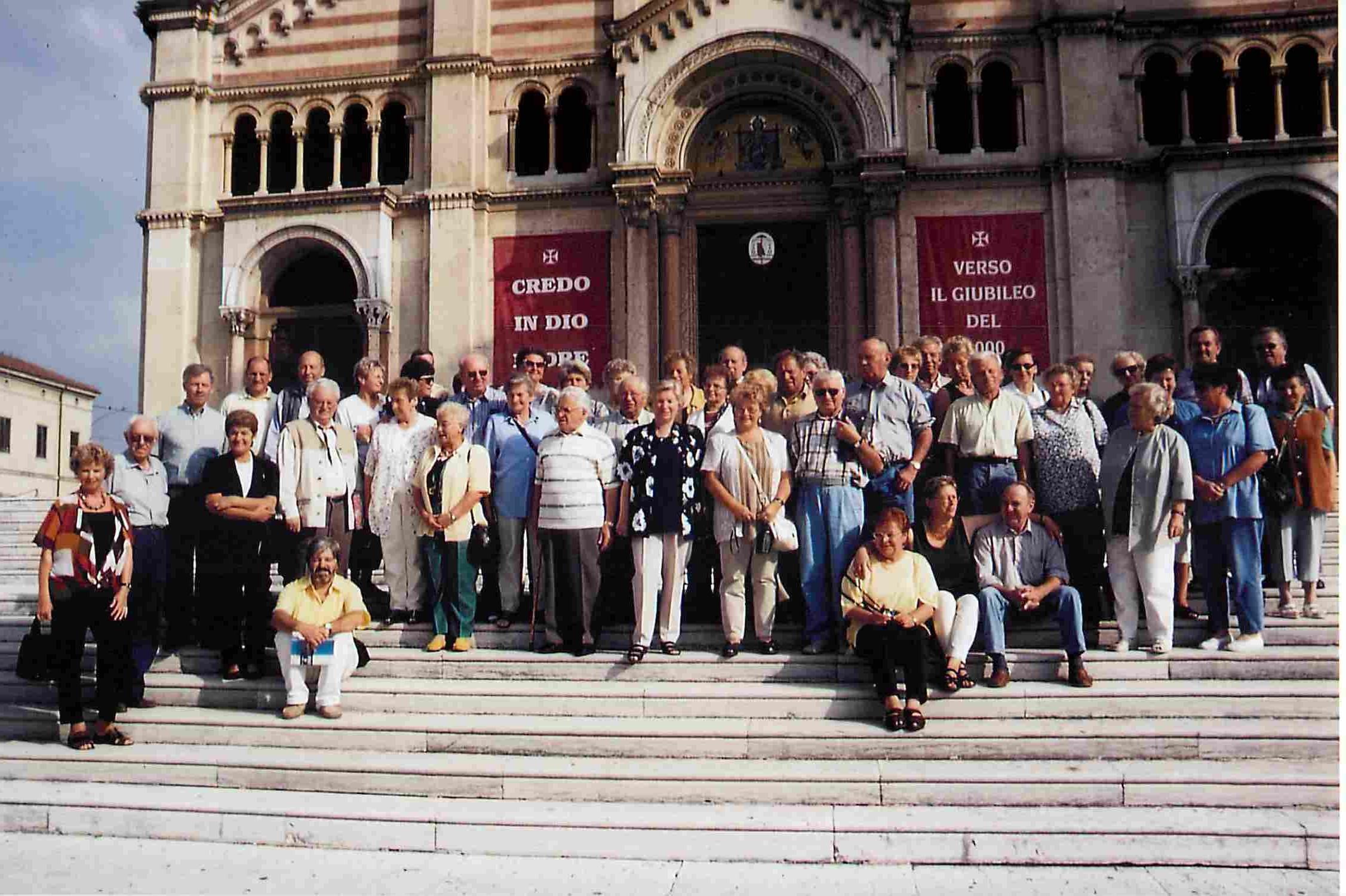 Der Beginn einer langjährigen Freundschaft: Die Siedlervereinigung am 11.9.1999 in Lonigo.