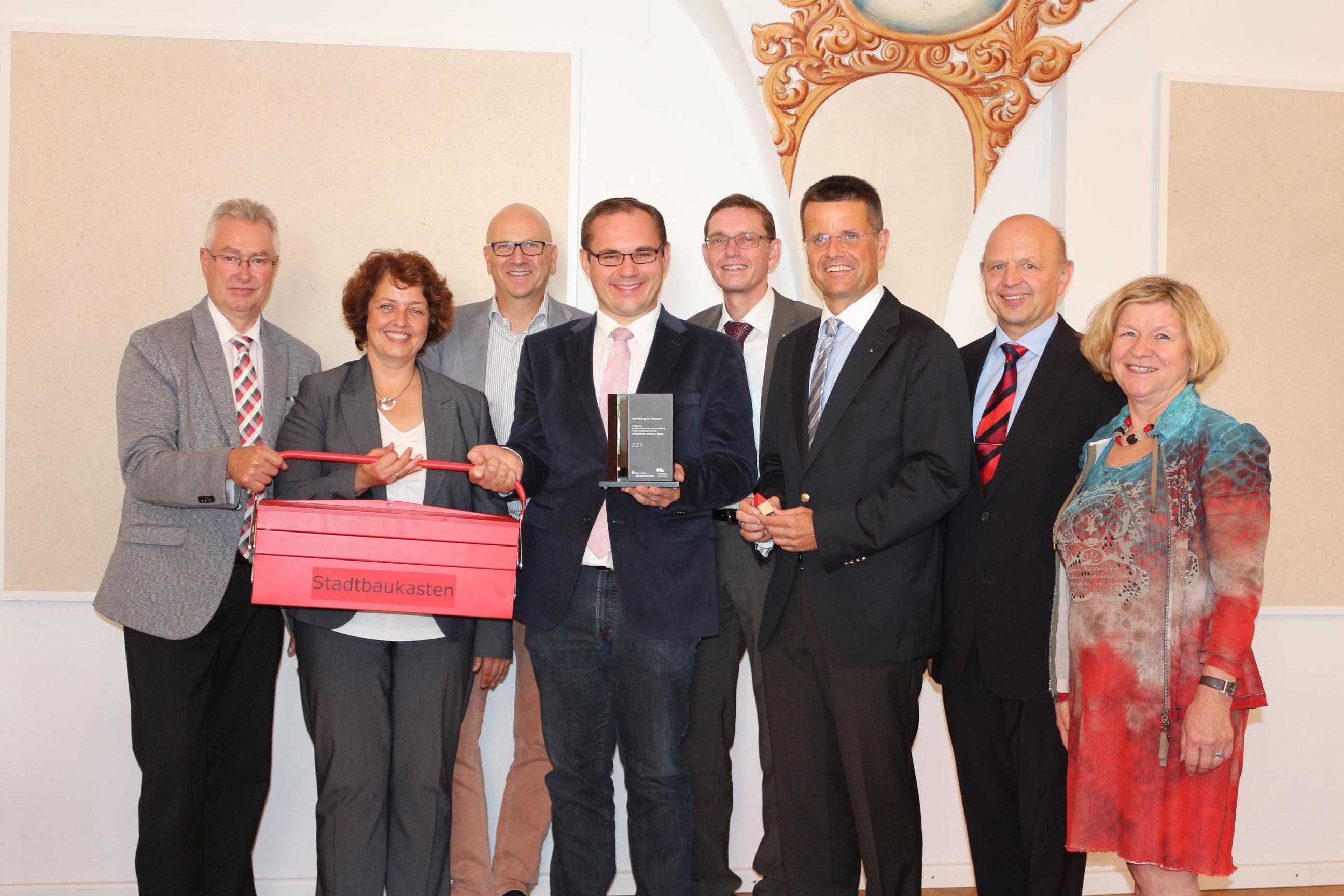 Überreichung des Förderpreises: von links nach rechts. Johann Stocker, Dr. Astrid Pellengahr, Dr. Uwe Brandl, Dr. Tobias Hammerl, Reinhard Handschuh, Dieter Scholz, Maria Warsitz-Müller.