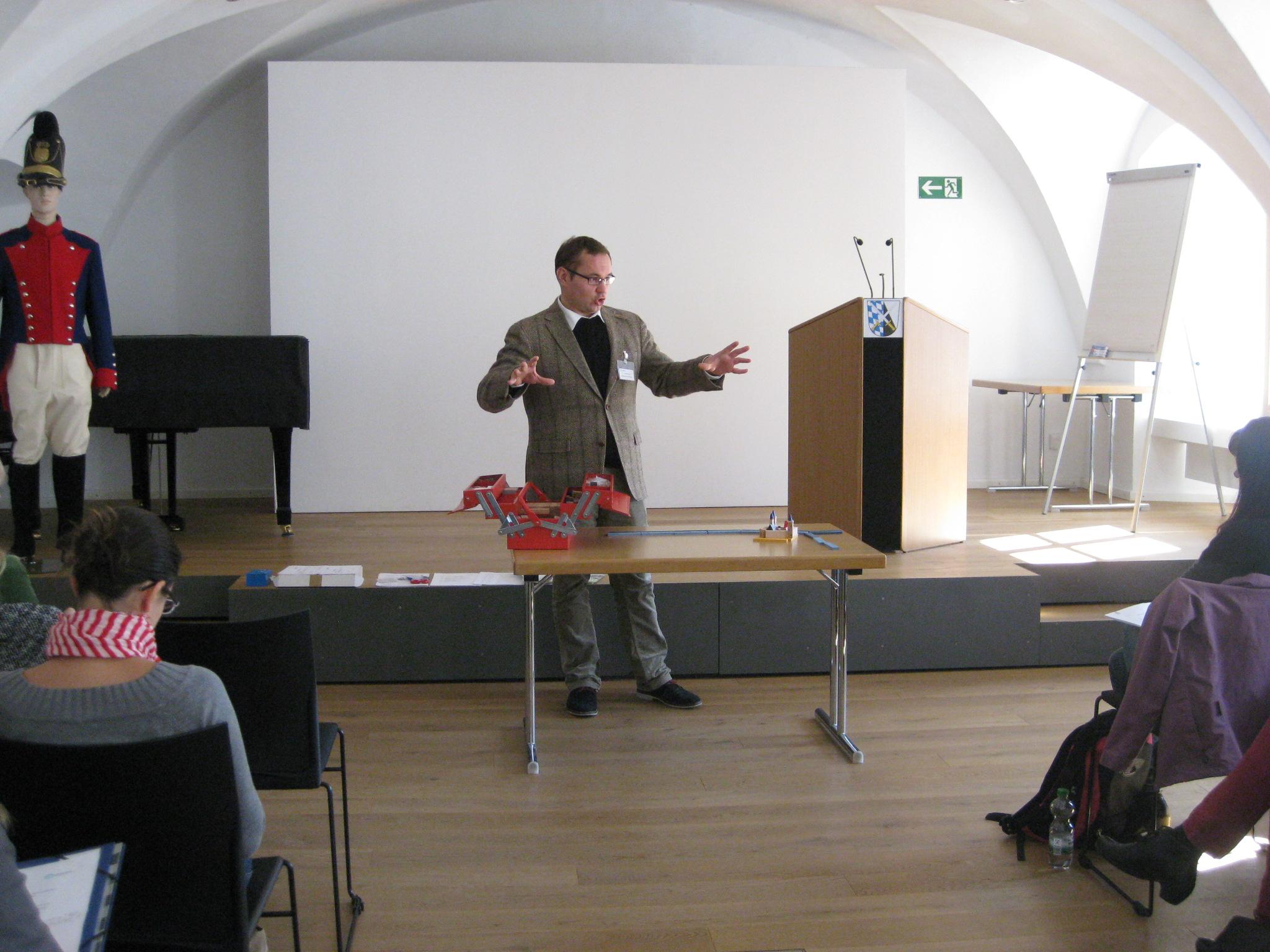 Dr. Tobias Hammerl erklärt den Abensberger Stadtbaukasten