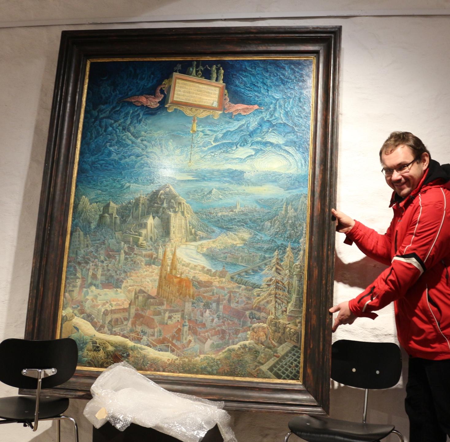Dr. Hammerl packt die ersten Werke aus (Foto: Knott)