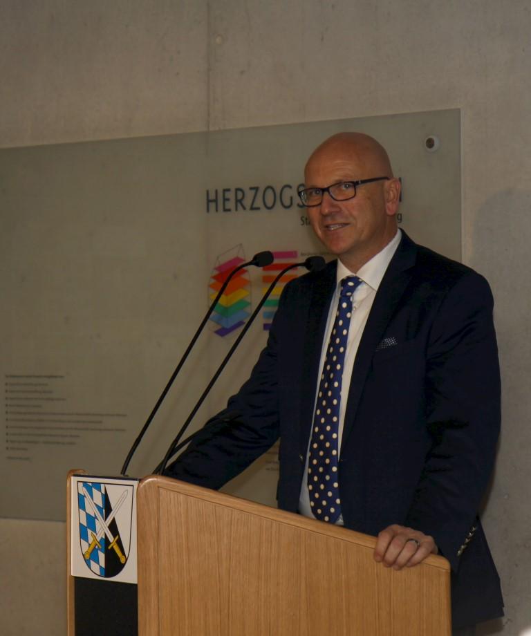 Bürgermeister Dr. Uwe Brandl begrüßt die Gäste.
