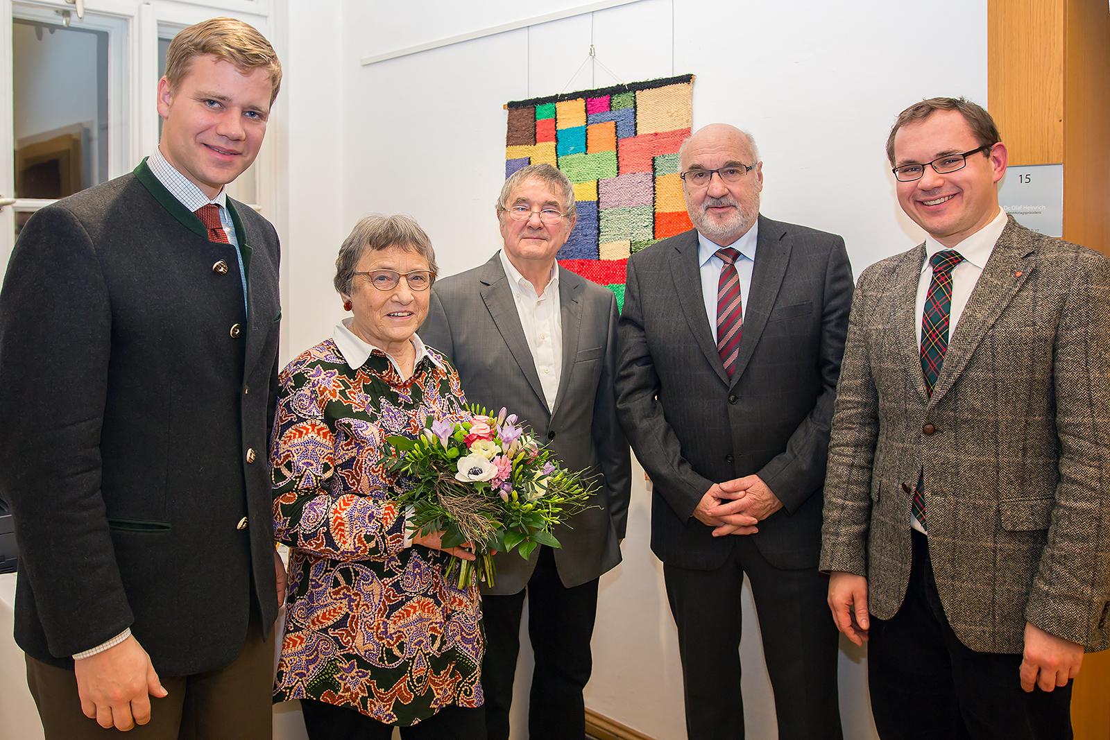 Bezirkstagspräsident Dr. Olaf Heinrich, Ursula Volland, Karlheinz Volland, Erwin Schneck, Dr. Tobias Hammerl (v.l.n.r., Foto: Bezirk Niederbayern)