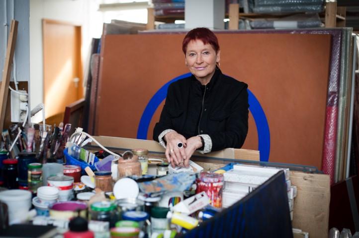 Rita Karrer im Atelier, Foto: Petra Homeier Fotografie, Regensburg