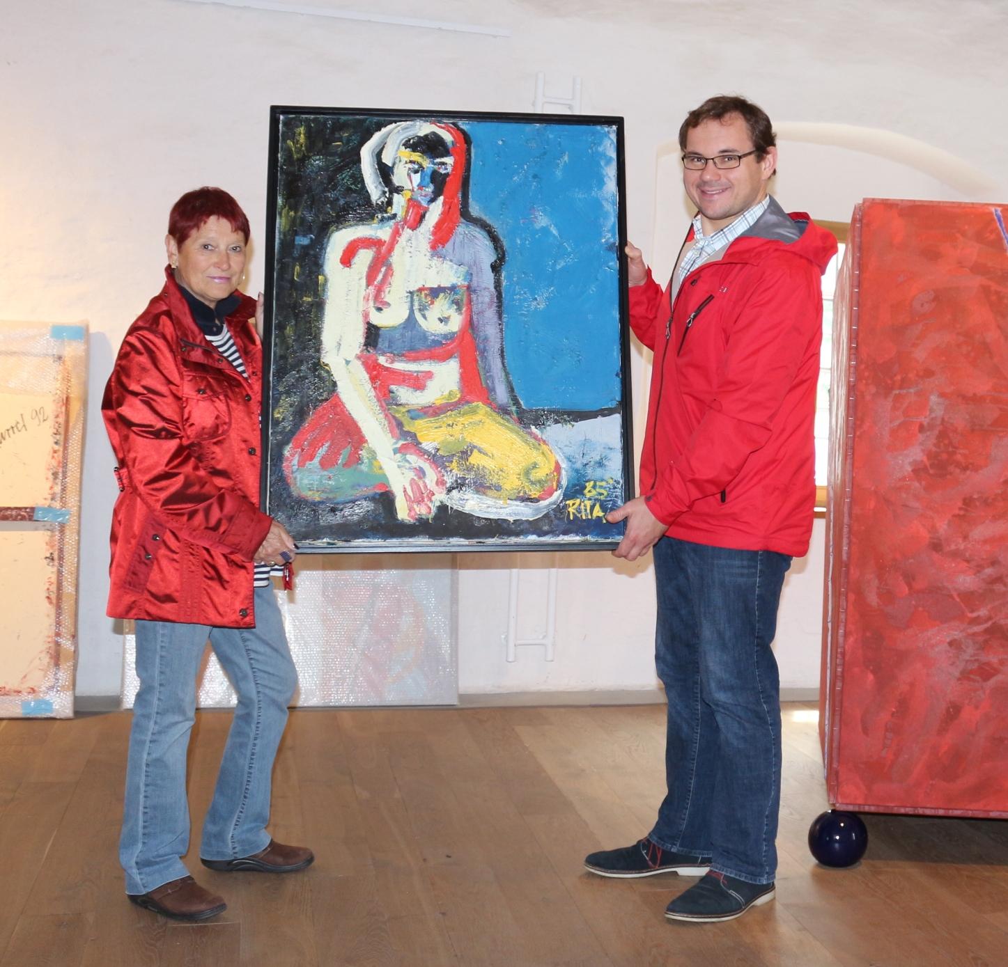 Rita Karrer und Dr. Tobias Hammerl bei der Vorbereitung der Ausstellung