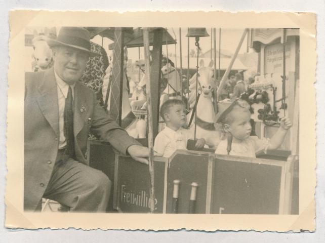 Hans Leidl mit seinem Vater auf dem Gillamoos 1941