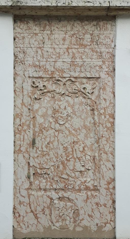 Die Grablatte des Pfarrers Erasmus Rabein an der Pfarrkirche St. Barbara