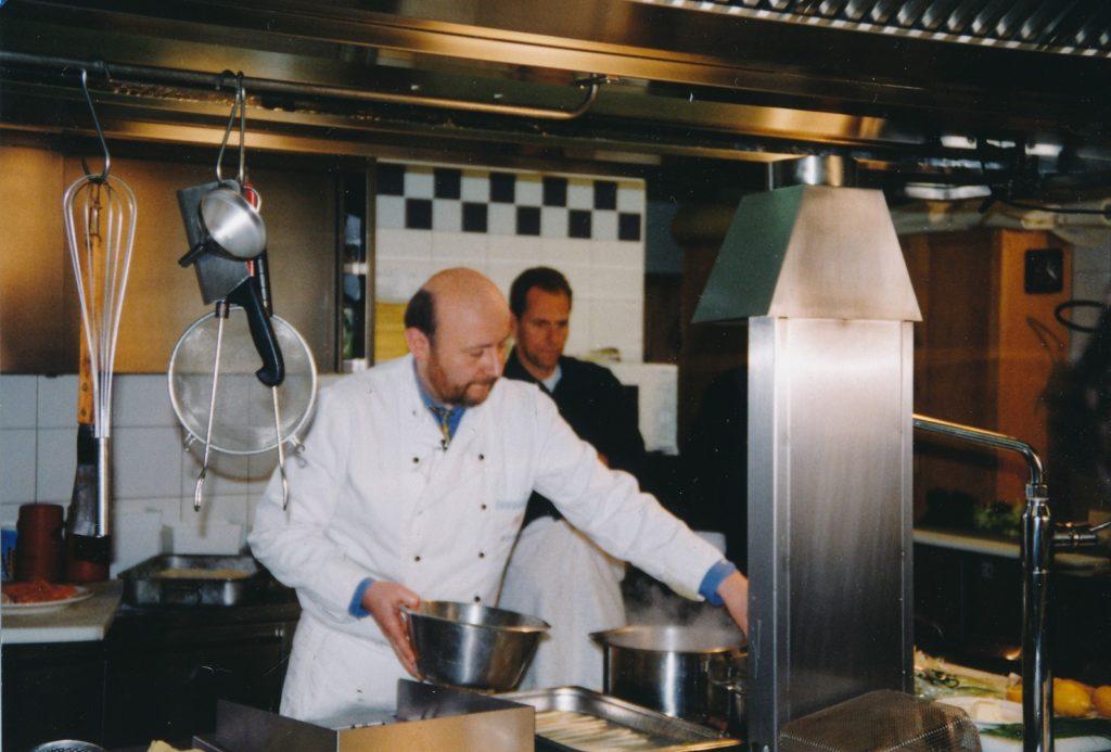 Landrat Martin Neumeier und BR-Moderator Christoph Däumling bereiten 1996 Spargel zu.