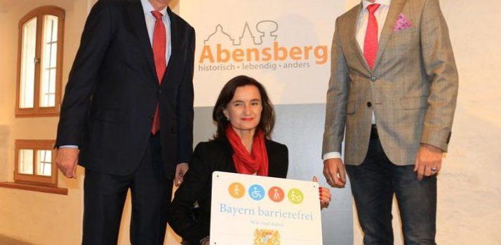 Marion Huber Schallner mit Bürgermeister Dr. Brandl und MD Michael Höhenberger im Stadtmuseum Abensberg (Foto: Ingo Knott)