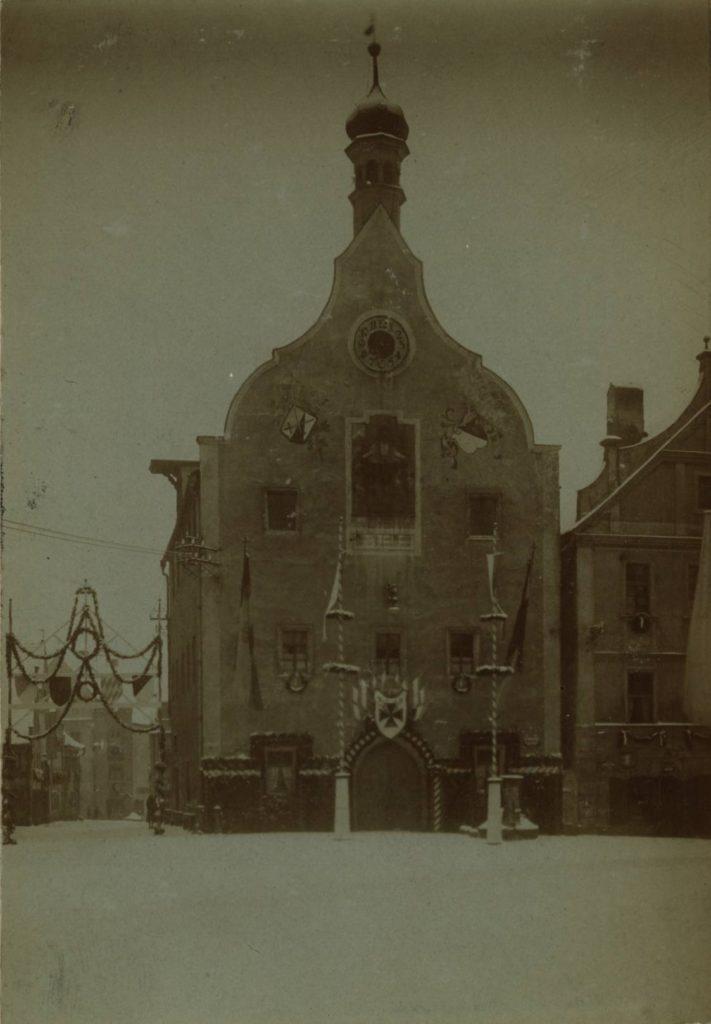 Das anlässlich der Kriegerheimkehrfeier 1919 geschmückte Abensberger Rathaus, Foto aus der Chronik der Stadt Abensberg