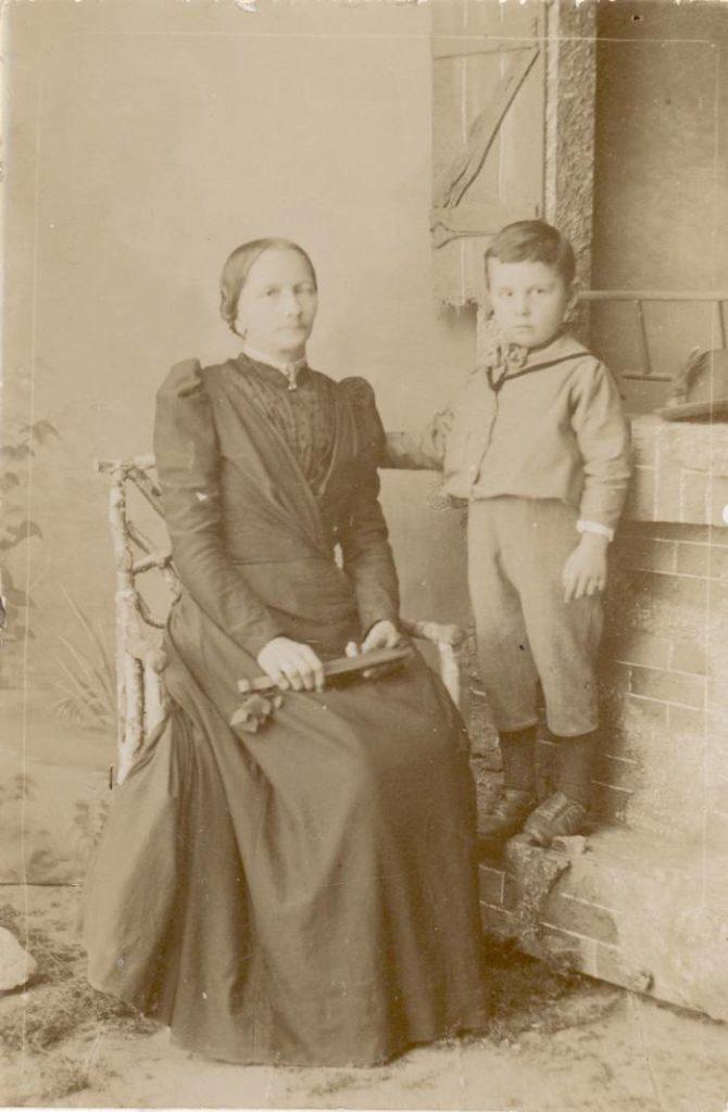 Frau Etzinger mit ihrem Sohn. Sie bekam nach der Entbindung von ihrem Mann Weißwürste statt der üblichen Kümmelsuppe serviert, um 1887