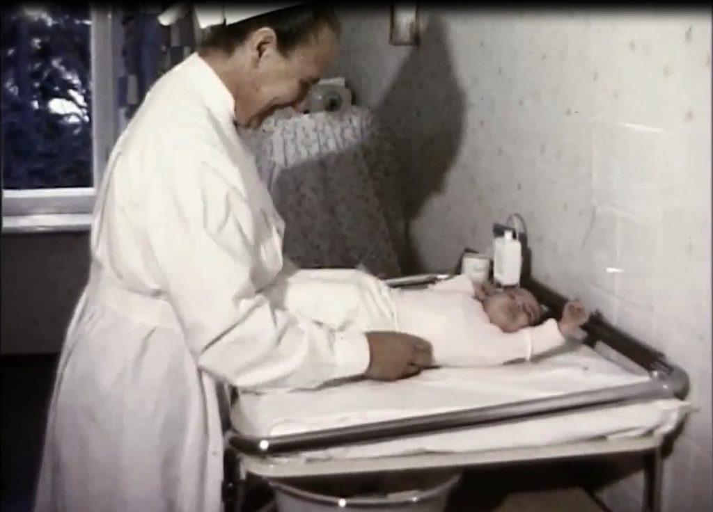 Säugling im Abensberger Krankenhaus, 1968 (Ausschnitt aus Horst Dill: Ein Tag in Abensberg)